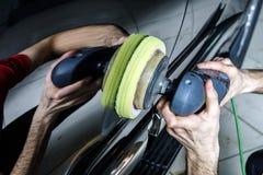 Het polijsten van de autooppervlakte stock foto