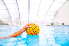 Het polospeler van het Umrecognizablewater in een zwembad royalty-vrije stock foto's