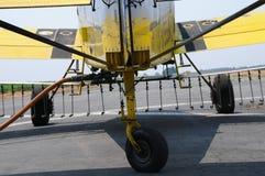 Het pompen van Chemische producten in Vliegtuig stock afbeeldingen