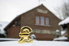 Het pondteken van de huisprijsstop in sneeuw stock fotografie
