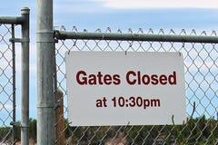 Het poortsluiten bij 10:30p.m. teken bij een strand Royalty-vrije Stock Afbeelding