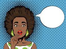 Het pop-art verraste Afrikaanse vrouw met open mond en toespraakbel Stock Afbeeldingen