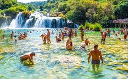 Het populaire Nationale park van Krka tijdens bezige de zomervakantie in Kroatië 25 08 2016 stock afbeelding