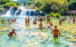 Het populaire Nationale park van Krka tijdens bezige de zomervakantie in Kroatië 25 08 2016 stock afbeeldingen