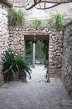 Het portaal van de droge steenmuur met installaties. stock afbeelding
