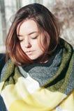 Het portret leuk meisje van de straatstijl in heldere gele sjaal stock fotografie