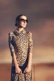 Het portret modieuze mooie vrouw van de straatmanier in een kleding royalty-vrije stock fotografie