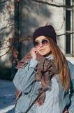 Het portret mooi meisje van de straatstijl in vrijetijdskleding royalty-vrije stock afbeelding