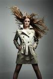 Het portret mooie vrouw van de manier in de regenjas Stock Fotografie