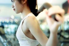 Het portret ontspande mooie vrouw: Het aantrekkelijke meisje kijkt smar haar stock afbeelding