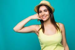 Het portret van aantrekkelijk gelukkig meisje met hoed het gesturing met vingers roept me op kleurenachtergrond Stock Fotografie