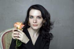Het portret van aantrekkelijke jonge donkerbruine holdingssinaasappel nam toe Royalty-vrije Stock Fotografie
