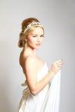 Het portret van aantrekkelijke jonge vrouw het Grieks stileerde op grijze backgrou royalty-vrije stock fotografie