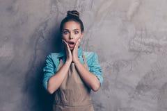 Het portret van aantrekkelijke, overweldigende, knappe jonge vrouw houdt royalty-vrije stock fotografie