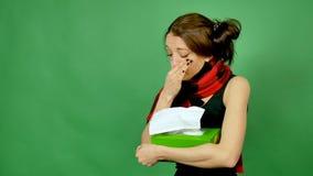 Het portret van aantrekkelijke vrouw gevangen koude, blaast neus in weefsel, lijdt aan koude, heeft lopende neus die, zoals worde stock videobeelden