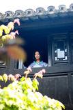 Het portret van Aziatisch Chinees meisje in traditionele kleding, draagt blauwe en witte porseleinstijl Hanfu, boven wint de Trib Stock Foto