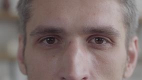 Het portret van het besnoeiingsgezicht van de mens die camera bekijken die van uitvoerende levensstijl op de achtergrond van een  stock footage