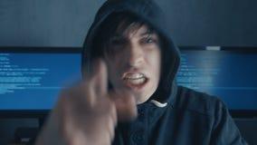 Het portret van Boze Hakkerprogrammeur gilt en toont agressie terwijl het werken bij de computer Spanning in de werkplaats stock videobeelden