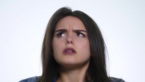Het portret van boze langharige vrouw die negatief hoofd schudden die geen het golven zeggen dient ontkenning over witte achtergr stock videobeelden
