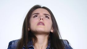 Het portret van boze langharige vrouw die negatief hoofd schudden die geen het golven zeggen dient ontkenning over witte achtergr stock footage
