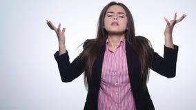 Het portret van boze langharige vrouw die negatief hoofd schudden die geen het golven zeggen dient ontkenning over witte achtergr stock video