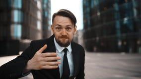 Het portret van boze zakenman zweert en hatend u stock footage
