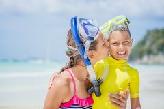 Het portret van Broer en zuster in scuba-uitrusting maskeert het spelen op het strand tijdens de hete dag van de de zomervakantie royalty-vrije stock fotografie