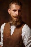 Het portret van brutaal mustached de gebaarde mens in overhemd en vest royalty-vrije stock foto