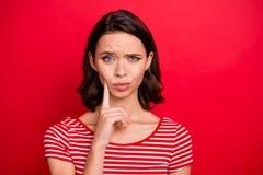 Het portret van charmante aardige vrij millennial van de de aanrakingskin van de tienertiener de handfrown heeft besluitkeus opti stock afbeeldingen