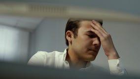 Het portret van het close-upgezicht van vermoeide zakenman voelt ongemak in ogen stock footage