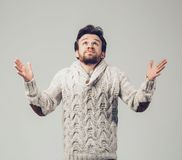 Het portret van de baardmens in gebreide sweater Waarom me Royalty-vrije Stock Foto's