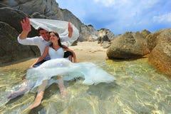 Het portret van de bruid en van de bruidegom - afval de kleding Royalty-vrije Stock Afbeeldingen