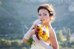 Het portret van de bruid met in hand bloemen royalty-vrije stock foto's
