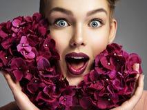 Het portret van de close-up van een verraste jonge vrouw stock fotografie