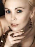 Het portret van de close-up van blauw-eyed vrouw Stock Afbeeldingen