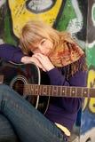 Het portret van de close-up van een gelukkig jong meisje met gitaar royalty-vrije stock foto's