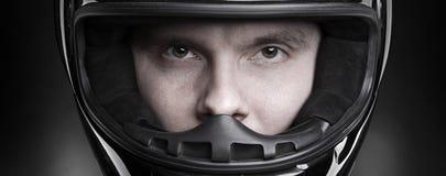 Het portret van de close-up van een mens in helm royalty-vrije stock fotografie