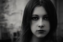 Het portret van de close-up van een mooi gotisch meisje stock afbeeldingen