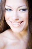 Het portret van de close-up van glimlachende jonge vrouw Stock Foto's
