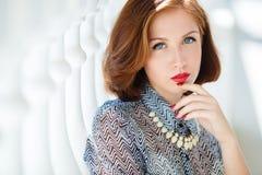 Het portret van de close-up van het gelukkige jonge vrouw glimlachen Royalty-vrije Stock Foto's