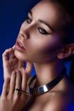 Het portret van de close-up van meisje in blauw licht Stock Foto