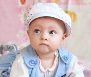 Het portret van de close-up van nadenkende baby Royalty-vrije Stock Fotografie