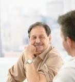 Het portret van de close-up van oudere patiënt bij arts Stock Foto's