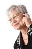Het portret van de close-up van oudere vrouw met mobiele telefoon royalty-vrije stock afbeelding
