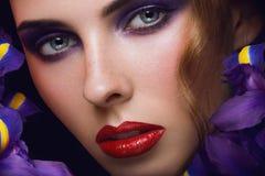 Het portret van de close-up van schoonheids jonge vrouw Stock Foto