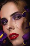 Het portret van de close-up van schoonheids jonge vrouw Stock Afbeelding