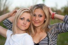 Het portret van de close-up van twee aantrekkelijke jonge vrouwen Stock Afbeeldingen