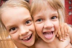 Het portret van de close-up van twee meisjes Royalty-vrije Stock Fotografie