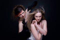 Het portret van de close-up van twee meisjes: goed & kwaad Stock Foto's