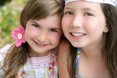 Het portret van de close-up van twee meisjezusters Stock Foto